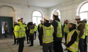 """Kampaņa """"Mācies būvniecību"""" viesojas VEF Kultūras pilī, kur rekonstrukcijas gaitu LLU studentiem izrāda uzņēmuma """"Velve"""" speciālisti"""