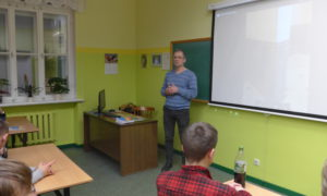 """Uldis Leilands, akmens apstrādes uzņēmuma """"Ulle"""" vadītājs Rīgas Vakara ģimnāzijas skolniekiem stāsta par akmens apstrādi."""