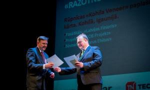 """""""Ražotne"""". 1.vieta """"Kohila Vineer"""". Igaunijas ārkārtējais un pilnvarotais vēstnieks Tenis Nirk un """"Latvijas Finieris"""" valdes loceklis Aigars Veitmanis."""