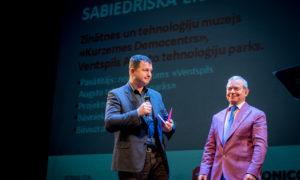 """""""Jaunbūve–sabiedrisks objekts"""". Laureātus apbalvo Ventspils mērs Aivars Lembergs, Ainārs Dudars, """"TechnoNicol""""."""
