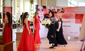 """Tūlīt sāksies foruma """"Sieviete arhitektūrā, būvniecībā, dizainā"""" gala ceremonija. Organizatores Gunita Jansone un Agrita Lūse steidz doties uz skatuvi."""