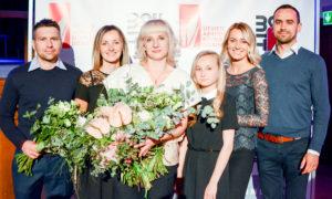 Arhitekte Ija Rudzīte balvu saņēma par nozīmīgiem sasniegumiem, foto ar ģimeni un morālajiem atbalstītājiem.