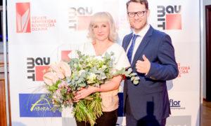 """Arhitekte Ija Rudzīte un konkursa atbalstītāja """"Būvuzraugi.LV"""" vadītājs Sergejs Frolovs."""