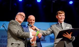 """Arhitekts Andris Kronbergs, konkursa atbalstītāja """"Baumit"""" vadītājs Normunds Prunte apbalvo nominācijas """"Sieviete arhitekte 2016"""" laureātes."""