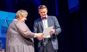 """Baiba Eglāja, """"AIG"""" vadītāja tiek apbalvota par nozīmīgiem sasniegumiem nominācijā """"Sieviete arhitektūras veicinātāja 2016"""", apbalvo konkursa atbalstītāja """"BALTIC SOTHEBY S International Realty """" valdes priekšsēdētājs Vestards Rozenbergs."""