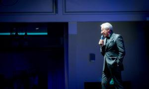 """Ojārs Rubenis, Latvijas Nacionālā teātra direktors, emocionāli uzrunā auditoriju un aicina """"večus saņemties""""."""