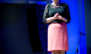 """Ruta Kande, """"Aizputes ceļinieks"""" vadītāja, balvu saņem nominācijā """"Gada sieviete būvniecības veicinātāja 2016"""", balvā - iedvesmojoša fotosesija."""