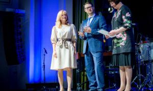 """Anita Grase, dizainere, dizaina studija """"Mākonis"""" - """"Gada sieviete dizaina veicinātāja 2016"""", balvu pasniedz Sergejs Frolovs, foruma atbalstītāja """"Būvuzraugi.LV"""" vadītājs, un Māra Lāce, LNMM direktore."""