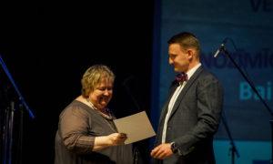 """Baiba Eglāja, """"AIG"""" vadītāja tiek apbalvota par nozīmīgiem sasniegumiem nominācijā """"Sieviete arhitektūras veicinātāja 2016"""", apbalvo foruma atbalstītāja """"BALTIC SOTHEBY S International Realty """" valdes priekšsēdētājs Vestards Rozenbergs."""