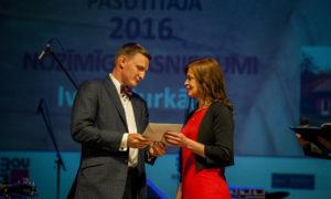 """Iveta Burkāne saņem balvu par nozīmīgiem sasniegumiem nominācijā """"Sieviete arhitektūras veicinātāja"""", pasniedz foruma atbalstītāja """"BALTIC SOTHEBY S International Realty """" valdes priekšsēdētājs Vestards Rozenbergs"""