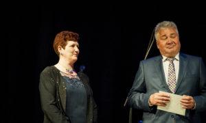 """Nadežda Biļalova saņem balvu par nozīmīgiem sasniegumiem būvniecībā, pasniedz konkursa atbalstītāja """"Abora"""" vadītājs Juris Kravalis"""