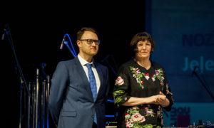 """Māra Lāce, LNMM direktore, un Sergejs Frolovs, foruma atbalstītāja """"Būvuzraugi.LV"""" vadītājs"""