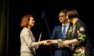 """Māra Lāce un Sergejs Frolovs apbalvo par īpašiem sasniegumiem dizaina veicināšanā Jeļenu Odnobokovu no """"Reaton"""""""