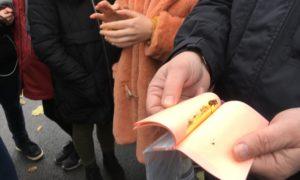 """2017.gada 9.novembris. Kampaņa """"Mācies būvniecību"""". Pie Brīvības pieminekļa. Roberts Vecums-Veco demonstrē un ļauj skolniekiem pataustīt īsta zelta lapiņas, tādas tikušas izmantotas Brīvības pieminekļa zvaigžņu zeltīšanā."""