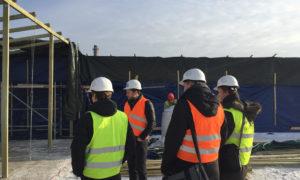 """2018.gada 5.februārī ieskatu būvobjekta """"Latvijas Starptautiskā skolas pārbūve un jaunbūve Piņķos"""" norisē skolniekiem no O.Kalpaka RTDP sniedza atbildīgais projekta vadītājs Aldis Ruņenieks (AS """"BMGS"""")."""