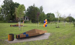 """Izzinoša atpūtas vieta Lucavsalā. Pasūtītājs labdarības fonds BlueOrange Charity Ainavas arhitekte: Evija Eisimonte, «Dizaina Studija Kaste». Būvnieks """"Sinus grupa""""."""