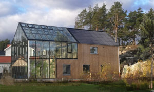 """Lindbacken Greenhouse Lindbacken, Uppsala region, Sweeden, koka jaunbūve. Pasūtītājs Daniel Skott. Projekts «Glass & Wood"""",«Tailor made architecture"""". Būvnieks """"GLASS & WOOD"""". Būvuzraudzība Niklas Dahlström."""