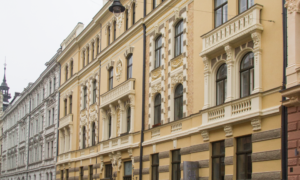 """Fasādes atjaunošana Vīlandes iela 5, Rīga. Pasūtītājs dzīvokļu īpašnieki. Arhitekts Anita Ārmane: Būvnieks """"FasādePRO», projekta vadītājs Māris Veinbergs."""