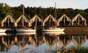 Peldmājas, koka jaunbūve, objekts atrodas uz peldošas piestātnes Sakas upē Pāvilostā. Pasūtītājs ''PELDMAJA''. Projekts Līga Rutka, Jānis Sauka. Būvuzraudzība Jānis Sauka un Reinis Rutkis.