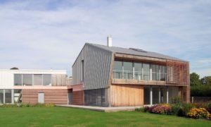 """Atzinība nominācijā """"Ilgtspējīgākā ēka 2018"""" pasīvā māja Ventspilī Robežu ielā, projekts Ināra Kārkliņa, Krists Kārkliņš."""