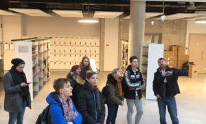 Kampaņas Mācies būvniecību būvniecību ietvaros 2019.gada 31.janvārī LU Zinātņu mājā viesojāsO.Kalpaka Rīgas Tautas daiļamatu pamatskolas unRīgas Valsts 3.ģimnāzijas skolnieki, kurus ar ēkas uzbūvi, plānojumu, izmantotajām būvniecības tehnoloģijām un arhitektūras kvalitātēm iepazīstināja Forma 2 būvuzraugs un valdes loceklis Edgars Krasņikovs.