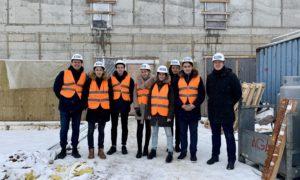Rīgas Klasiskās ģimnāzijas skolnieki BMGS projektu vadītāja Kirila Loškarjova pavadībā 2019.gada 13.februārī Ēnu dienās izstaigāja Latvijas Starptautiskās skolu, kurā noris rekonstrukcija.