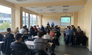 """Pie RTU Transportbūvju fakultātes 1.kursa studentiem kampaņa """"Mācies būvniecību"""" viesojās 2018.gada 1.novembrī. Uzstājas """"BMGS"""" izpilddirektors Kirils Loškarjovs."""