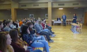 """Kampaņa Mācies būvniecību 2018.gada 2.oktobrī Jelgavas Tehnoloģiju vidusskolā. Uzstājas Māris Tidriķis, """"Forma 2"""" valdes loceklis, būvuzraugs, Kaspars Kurtišs, """"K Forma"""" būvinženieris, būvkonstrukciju projektētājs."""