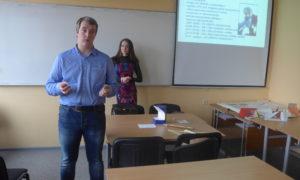 """Pie RTU Transportbūvju fakultātes 1.kursa studentiem kampaņa """"Mācies būvniecību"""" viesojās 2018.gada 1.novembrī. Uzstājas """"BMGS"""" izpilddirektors Kirils Loškarjovs un """"BMGS"""" Marketinga vadītāja Paula Jansone."""