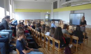 Kampaņa Mācies būvniecību Liepājas Raiņa 6.vidusskolā, kuru skolnieku auditorijā uzstājās arhitekte Laura Kozlovska un Sitera projektu vadītājs Artūrs Neiburgs.