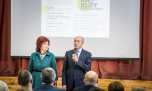 Biedrības BDCC pārstāve Gunita Jansone un Rīgas vicemērs Oļegs Burovs.
