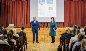 Ivars Balamovskis, Rīgas domes Izglītības, kultūras un sporta departamenta Izglītības pārvaldes priekšnieks, un biedrības BDCC pārstāve Gunita Jansone.