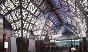"""Sabiedriska ēka jaunbūve. Maskavas metro stacijas """"Novoperedelkino"""" publiskās telpas. Pasūtītājs Mosinžprojekt. Projekts interjeram arhitekts Jevgenijs Leonovs, U-R-A Studio. Būvnieks Ļenmetrogiprotrans."""
