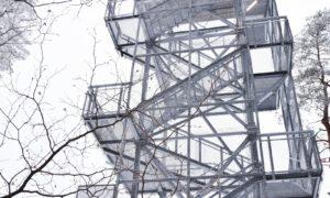 Jauna inženierbūve. Skatu tornis Riekstukalnā, Baldones pagasts. Pasūtītājs Baldones novada dome sadarbībā ar Riekstukalns. Projekts arhitekts Ralfs Rešteniks. Būvnieks BALTMET. Būvuzraudzība Raimonds Bretšneiders, BŪVES BIROJS.