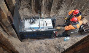 Inženierbūve rekonstrukcija. Kanalizācijas spiedvada remonta darbi ar sagraušanas metodi no metāntanku iekraušanas sūknētavas līdz dūņu laukiem Vārnukrogs. Pasūtītājs, projekts, būvuzraudzība Rīgas ūdens. Būvnieks Norma-S.
