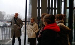 Skolnieki Hanzas peronā 2020.gada 9.janvārī uzklausa Reiņa Liepiņa, Sdraba arhitektūra, stāstījumu par objekta atjaunošanu un modernizāciju.