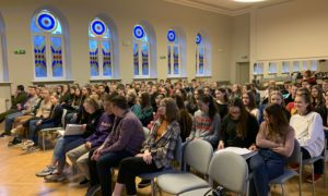 2020.gada 21.janvārī O,Kalpaka Rīgas Daiļamatu pamatskolā pie 8.un 9.klašu skolniekiem viesojās kampaņa Mācies būvniecību, aicinot uzklausīt inženierkonsultāciju uzņēmuma Firma L4 arhitektes Aigas Daumanes stāstījumu.