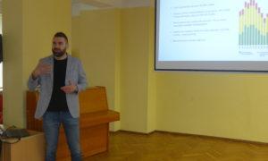 Rīgas 34.vidusskolā kampaņa Mācies būvniecību viesojās ar biedrības Zaļās mājas vadītāja Kristapa Cepļa aizraujošo stāstījumu par koksni.
