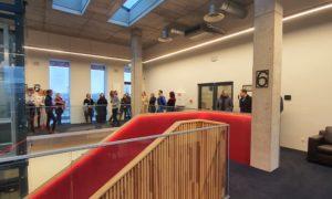 Rīgas Klasiskās ģimnāzijas skolnieki un RTU Būvniecības fakultātes studenti biroju ēkā Red Line. Par būvniecību stāsta Patrīcija Freimane, Selva būve būvdarbu vadītāja.