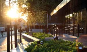"""Viesnīcas AC Hotel by Marriott Riga skvērs Dzirnavu ielā 33, Rīgā. Projekts ARHIS ARHITEKTI, ZALA LANDSCAPE ARCHITECTURE"""", E. DANIŠEVSKA BIROJS, būvnieks Skonto būve, būvuzraudzība Prime Performance Consulting."""