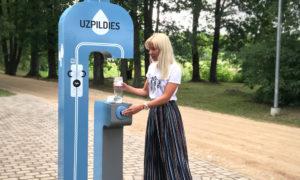 Uzpildies, dzeramā ūdens uzpildes brīvkrāns Saldus ezera pludmalē, ideja un realizācija Aiga Beinaroviča, LMA Funkcionālā dizaina maģistrs.