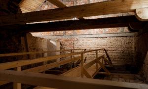 """Alsungas viduslaiku pils glābšanas un restaurācijas darbi"""", pasūtītājs Alsungas novada pašvaldība, arhitekts Pēteris Blūms, būvniecība Būvfirma INBUV, būvuzraudzība Būves un būvsistēmas."""