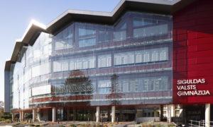 Siguldas Valsts ģimnāzijas mācību korpusa jaunbūve, Ata Kronvalda iela 7, Sigulda, pasūtītājs Siguldas novada pašvaldība, projekts K IDEA, būvnieks MONUM, būvuzraudzība Firma L4.