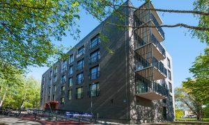 Jauna dzīvojamā ēka. Daudzdzīvokļu ēka Āgenskalna ielā 24. Pasūtītājs Hepsor, projekts Diānas Zalānes projektu birojs, būvnieks Mitt & Perlebach, būvuzraudzība Būves un būvsistēmas.