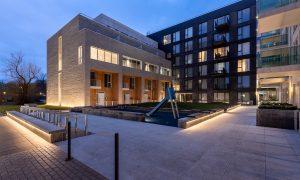 Jauna dzīvojamā ēka. Dzīvojamā kvartāla Merks Viesturdārzs 1. kārtas ēka Rūpniecības ielā 25, Rīga. Pasūtītājs Merks, projekts RUUME arhitekti, būvnieks Merks, būvuzraudzība BALTIC CONSTRUCTION CONSULTANCY.