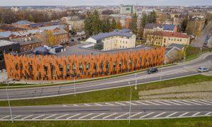 """Jauna sabiedriska ēka. Daugavpils Dizaina un mākslas vidusskolas """"Saules skola"""" apbūves komplekss. Pasūtītājs Daugavpils pilsētas dome, projekts MARK ARHITEKTI, būvnieks LAGRON, būvuzraudzība Būvzinis."""