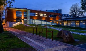 Jauna sabiedriska ēka. Liepājas mūzikas, mākslas un dizaina vidusskolas profesionālās kultūrizglītības ēkas jaunbūve Alejas iela 18/20, Liepāja. Pasūtītājs VNĪ, projekts Andris Kokins, būvnieks UPTK, būvuzraudzība Firma L4.