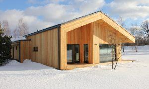 Koka būve. Koka privātmāja Rīgas rajonā. Pasūtītājs privātpersona, projekts, būvnieks Edgars Bredovskis.