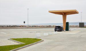Koka būve. Elektroauto uzlādes stacija Orhusas ostā, Dānija. Pasūtītājs Clever A/S, projekts Cobe, būvnieks Igate Būve.
