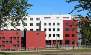 Jaunbūve - sabiedriska ēka. Trīs sociālās dzīvojamās mājas ar Dienas un Veselības centru Mežrozīšu iela 43, Rīga. Pasūtītājs Rīgas pilsētbūvnieks, būvnieks VELVE, būvuzraudzība Rīgas pilsētbūvnieks.